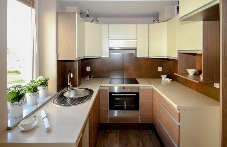 Installer des étagères dans une cuisine en quelques étapes