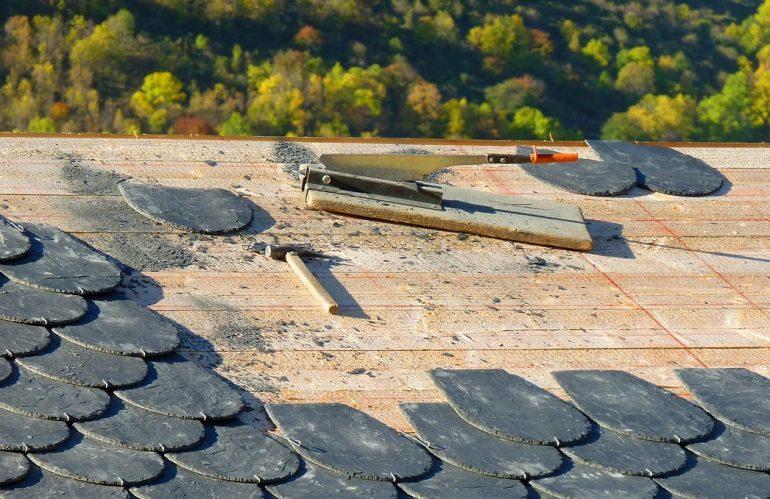 Qui contacter pour réparer une toiture qui fuit ?